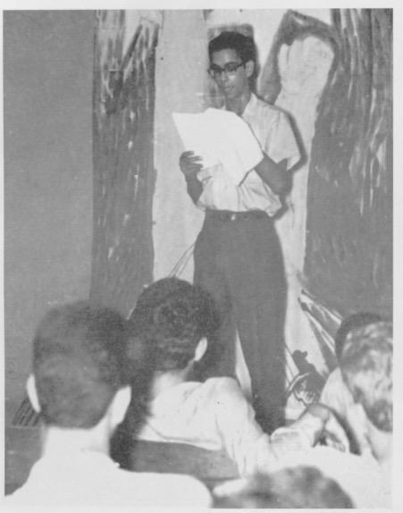 Juan José Ayuso leyendo poesia en un taller literario durante la revuelta popular de abril del 1965.  Fuente :   La otra guerra de abril: La batalla cultural de los constitucionalistas .