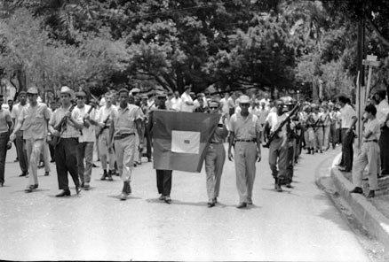 Cortejo fúnebre del poeta combatiente Jacques Viau por las calles de Santo Domingo en 1965.  Fuente :Archivo General de la Nación via blog de  Historia Dominicana .