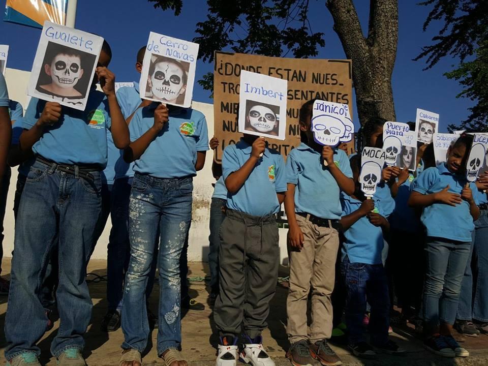 Foto:  Niños protestando/ Fuente:  Acento.