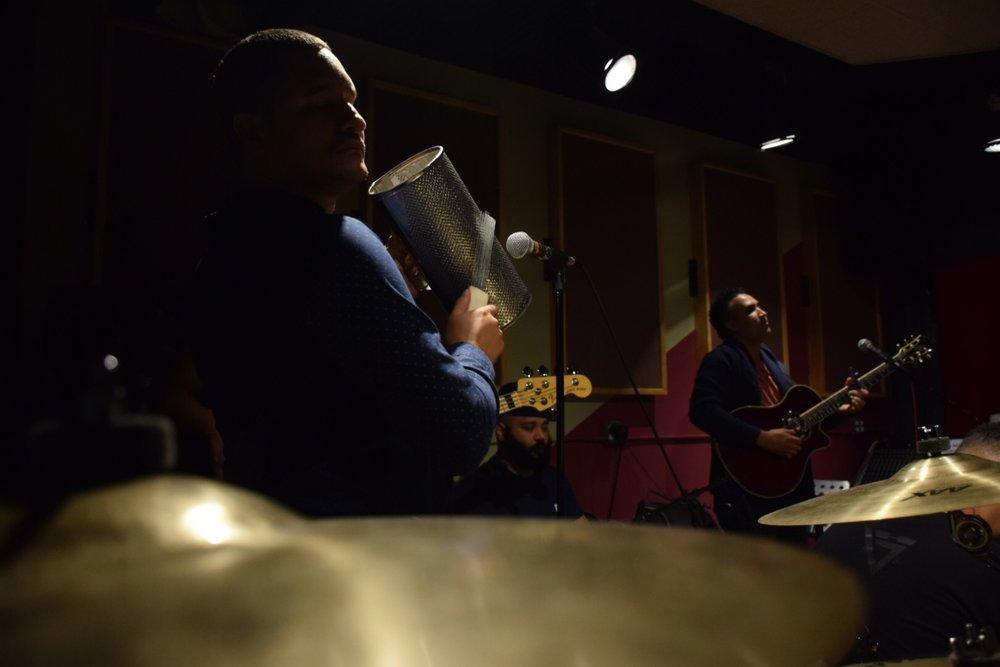 Christian Reyes, percusionista, coro, arreglista, y coordinador general/ Foto:  Anthony Reyes.