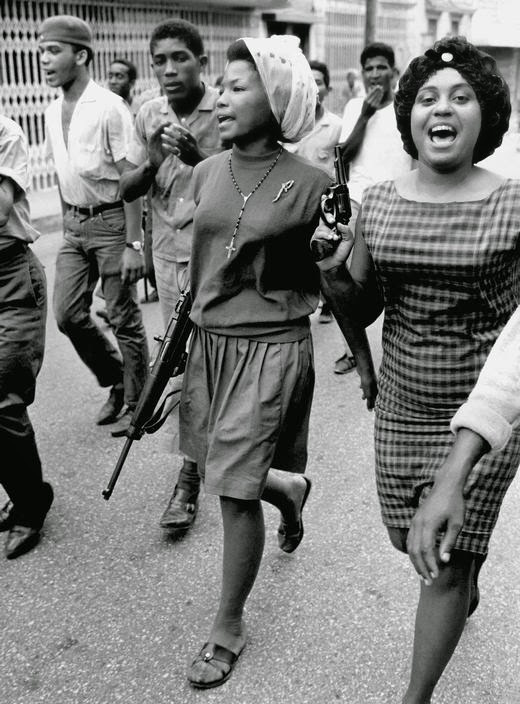 Women fighters during the 1965 revolt in Santo Domingo.  Source : Archivo General de la Nación.