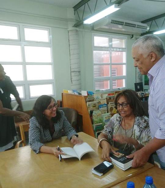 Sophie Maríñez with Francoise Elie y Pascal Elie, sobrinos de Jacques Viau.  Foto  : Marie-France Paul.