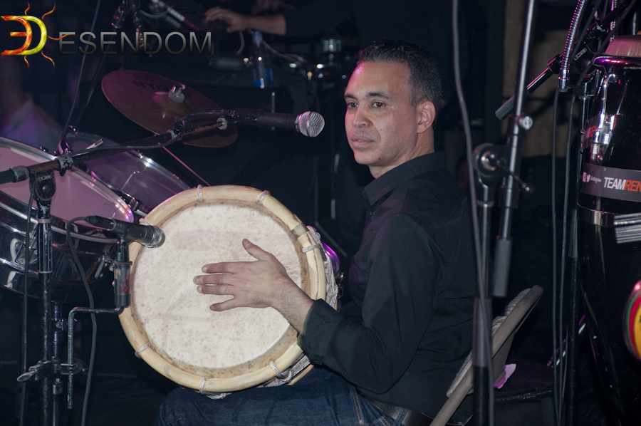 Ray Chino Díaz tocando en Maracas con el grupo Renova en Queens, Nueva York.