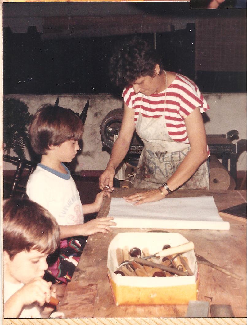 Consuelo Gotay en el taller de GA, en Santo Domingo, 1988, con Mauro y Juan Miguel Bisso Azcárate.