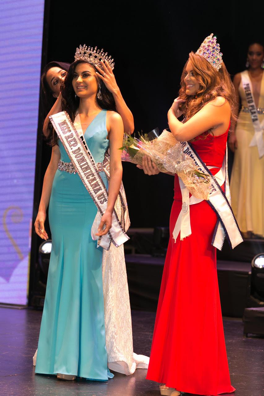 Lía Rossis siendo coronada Miss RD US.