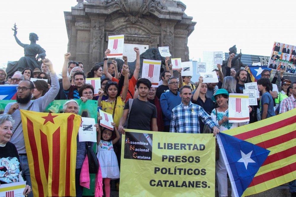 Protesta en Mexico en apoyo a los presos   políticos catalanes.  Fuente:   Teléfono Rojo