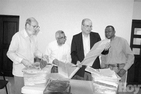 Roberto Cassá en el AGN revisando la donación de los archivos de Eugenio Deschamps en el año 2005, realizada por su nieta Josefina Padilla.