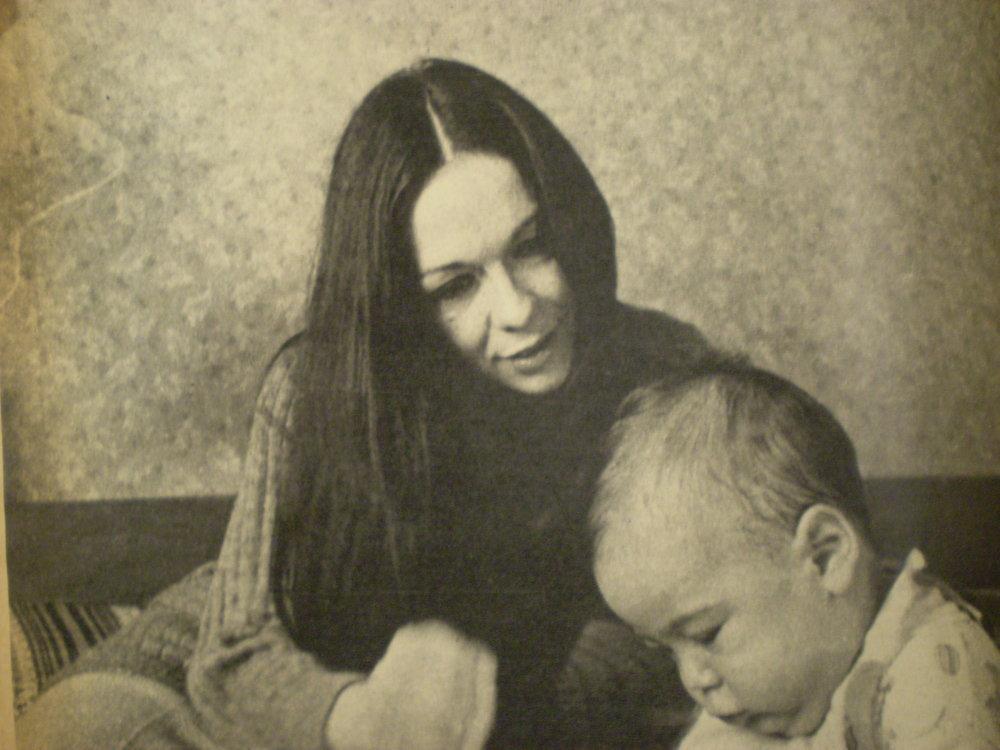 Virginia Lago con su hijo en 1970, en Buenos Aires.