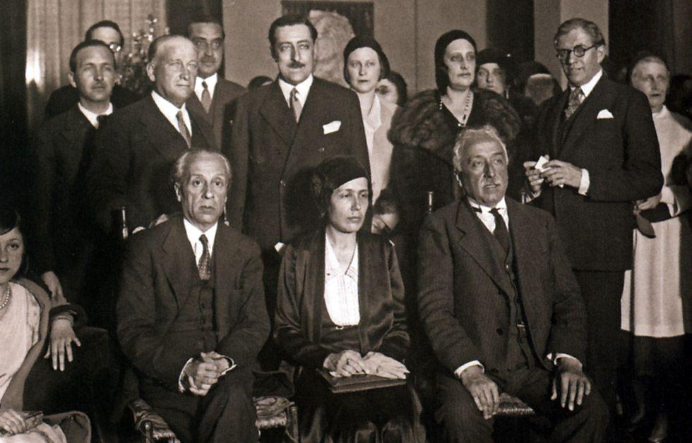 Victoria Kent en una reunión política.