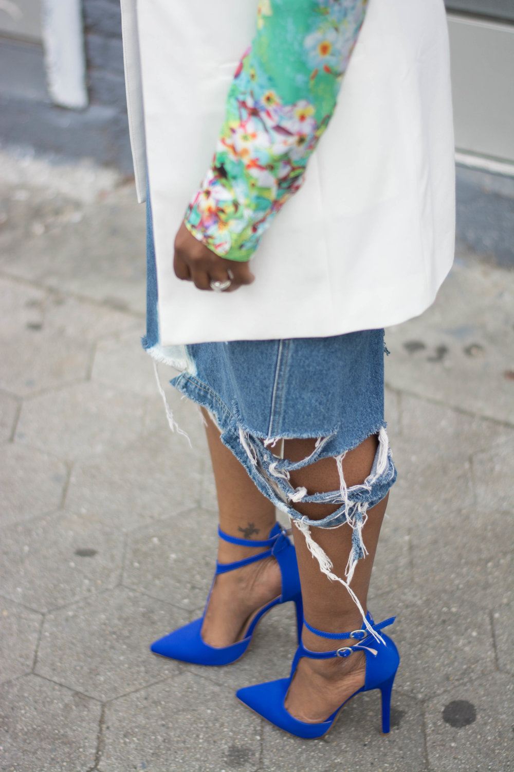 Melodie Stewart, The Style Klazit, distressed skirt, cobalt blue heels, off white vest, Atlanta style blogger, Atlanta street style, Black blogger