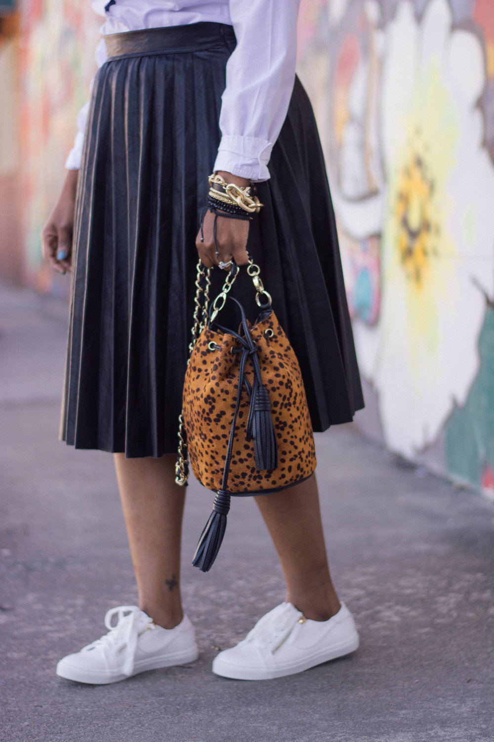 Melodie Stewart, The Style Klazit, Atlanta style blogger, White sneakers, ShoeDazzle, Faux leather pleated skirt