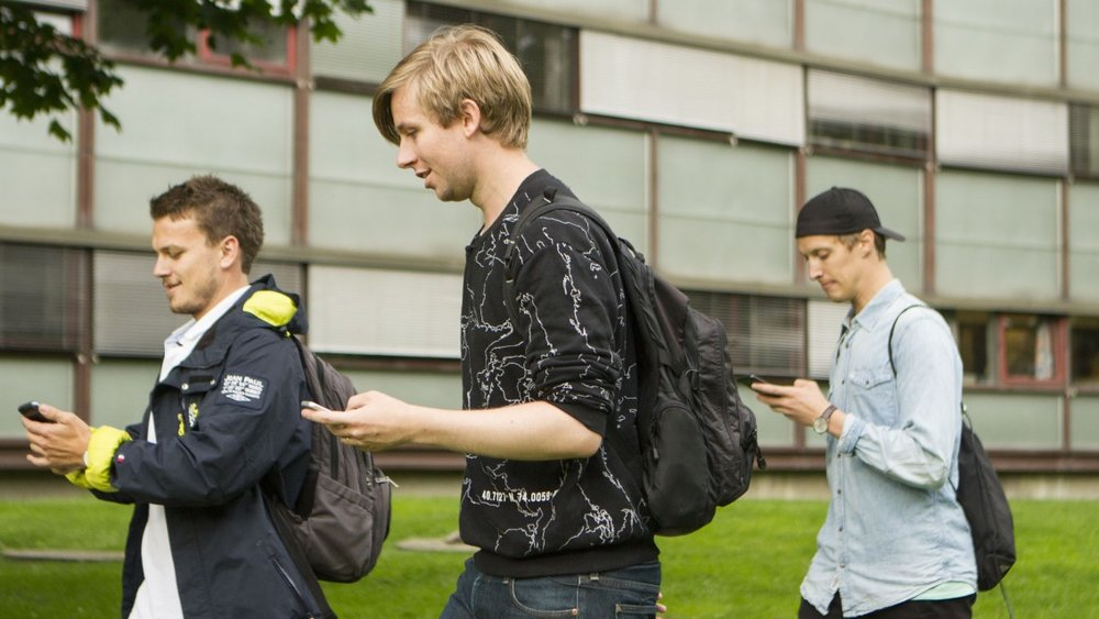 Henrik og Jonas får først en gjennomgang av løypa, her utenfor Oslo Politihus.