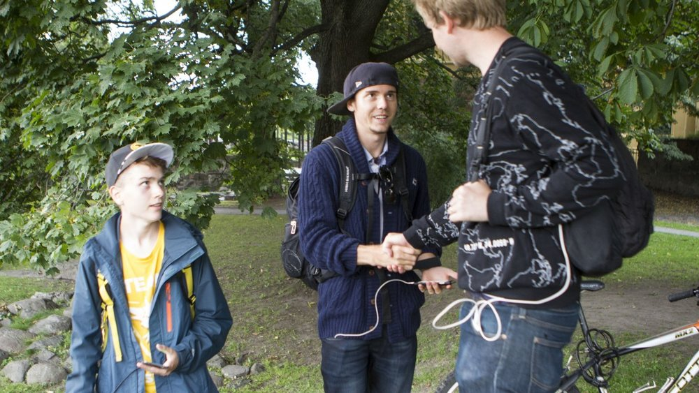 Isak (Eliteteamets yngste medlem)og André (vår analytiker) hilser pent på Henrik. Lite vet Henrik at han er på vei inn i løvens hule... ;)