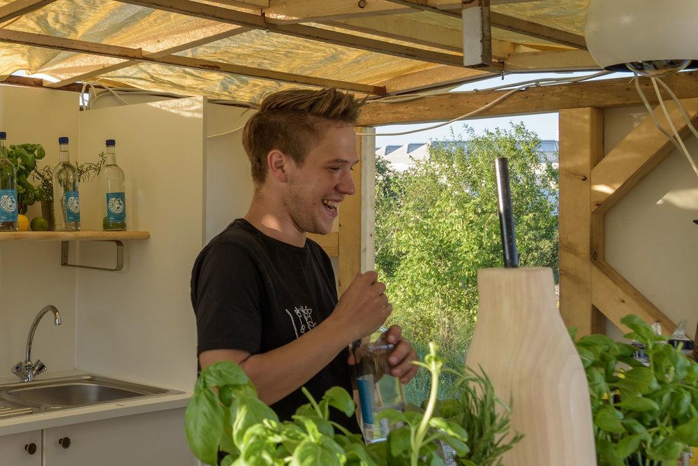 Hendrik - 26 Jahre, studiert in Wien Betriebswirtschaftslehre. Hendrik in einem Wort: unverzichtbar. Will als BLW'er die Welt verbessern. Mit uns zumindest die Gastronomiewelt.