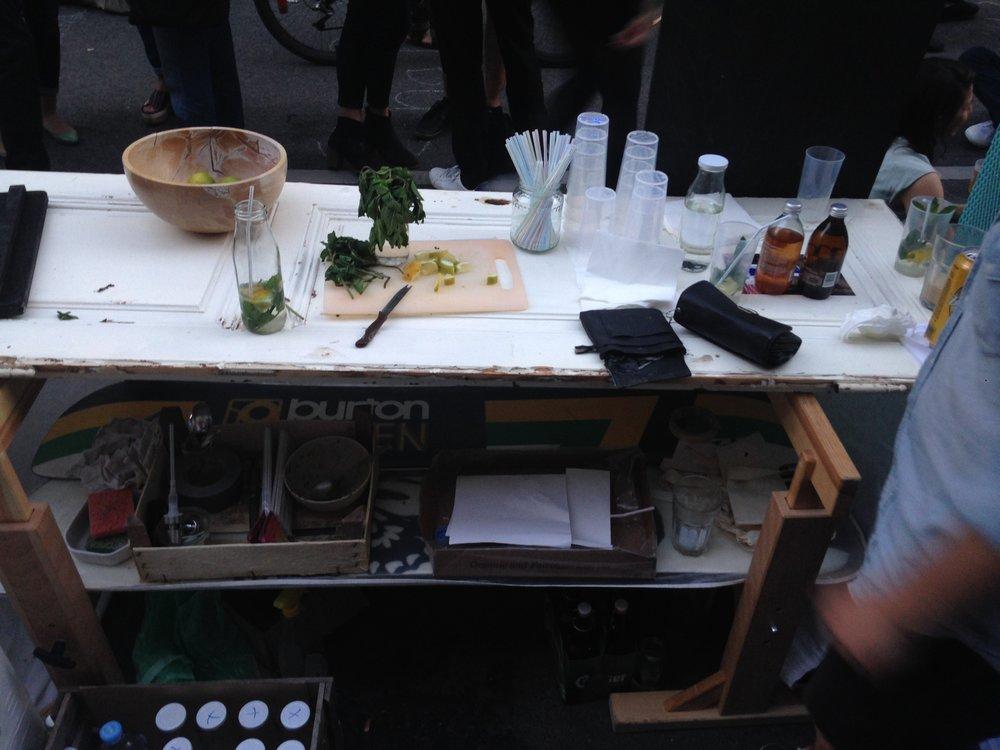 Jeder Schritt ist der erste in den blauen Dunst. - Unsere ersten Gehversuche hatten wir auf dem Esterhazygassenfest 2016 in Wien. Damals bestand unsere Bar noch aus zwei Böcken, einem Snowboard & einer ausgehängten Türe. Schon mit dabei: Unsere Milchflaschen und frische Minze.