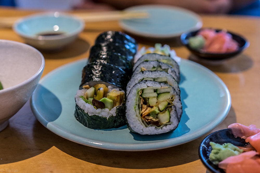Maki with cucumber, salad and toasted almonds