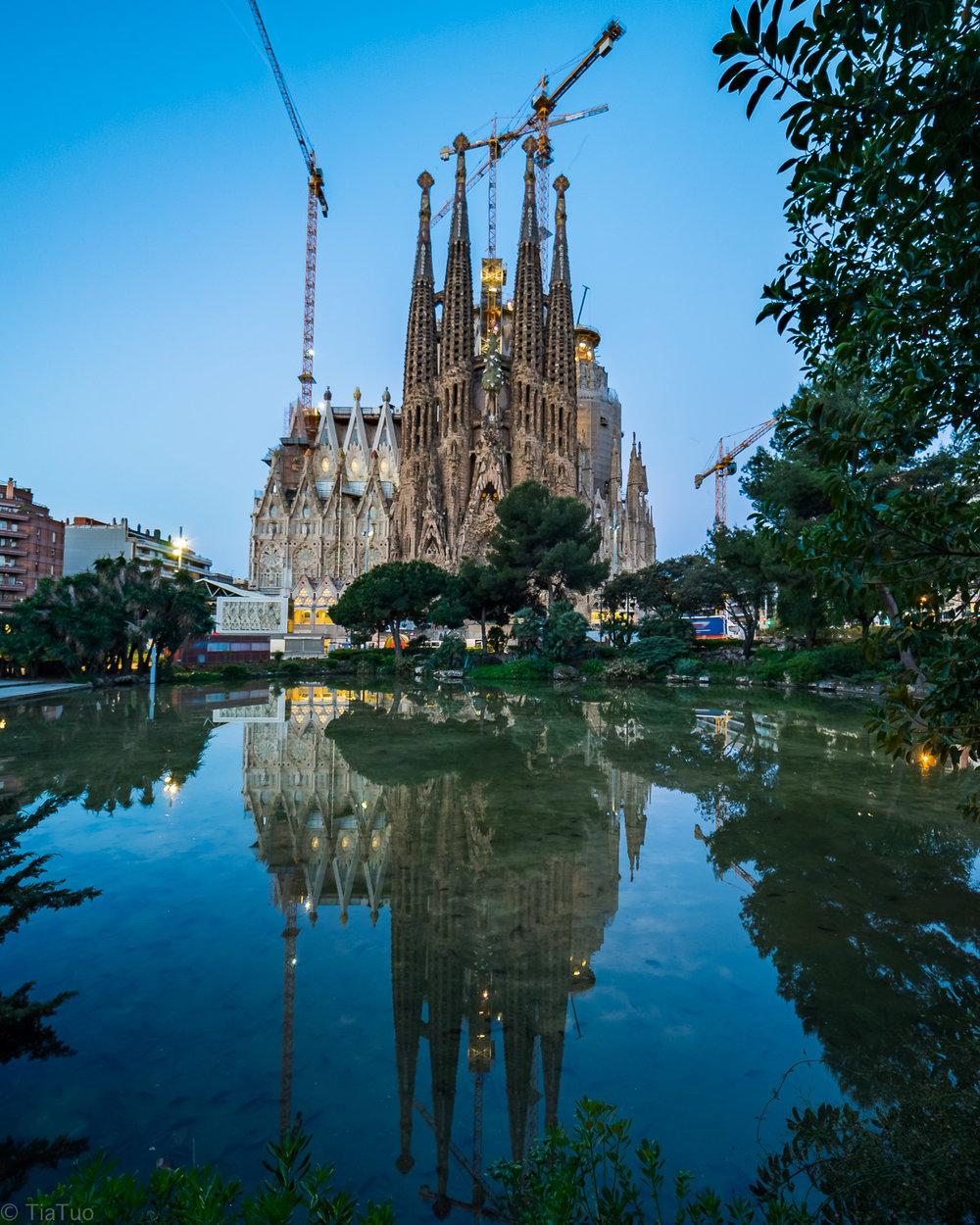 Sagrada Familia at sunrise: no tourists!