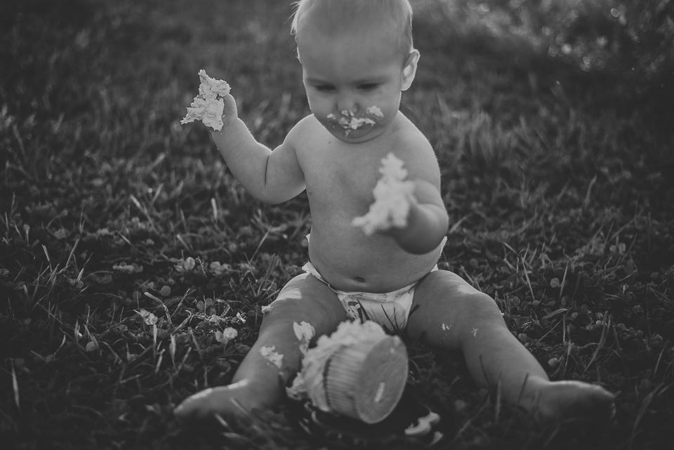 Guthrie turns one- cake smash, northern kentucky family photographer-14.jpg