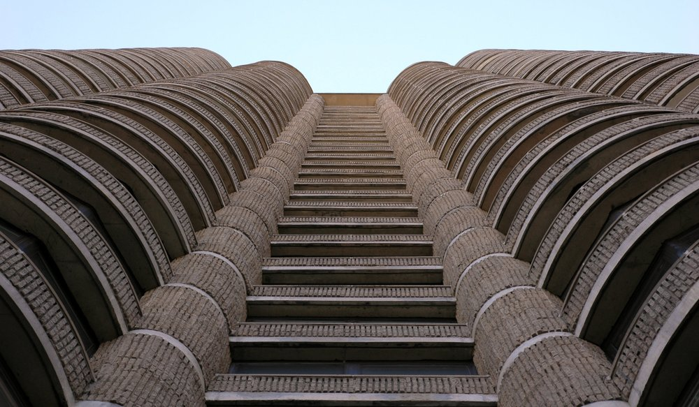Striated façade of Lincoln Plaza Towers (Flickr user Eric Hunt, 2005)