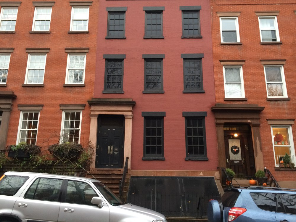 Fake Brooklyn Heights brownstone (middle) with blacked out windows. NYC Urbanism, 2015.
