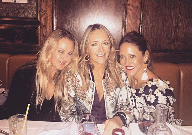 20.12.18 🎄❤️  #thesetwo! . . . . . . #christmas #christmas2018 #knightsbridge #london #uk #harrys #italian #friends #dinner #girls #catchups #festiveseason #holidays #nightsout #night #travel #groucho #soho #goodvibes