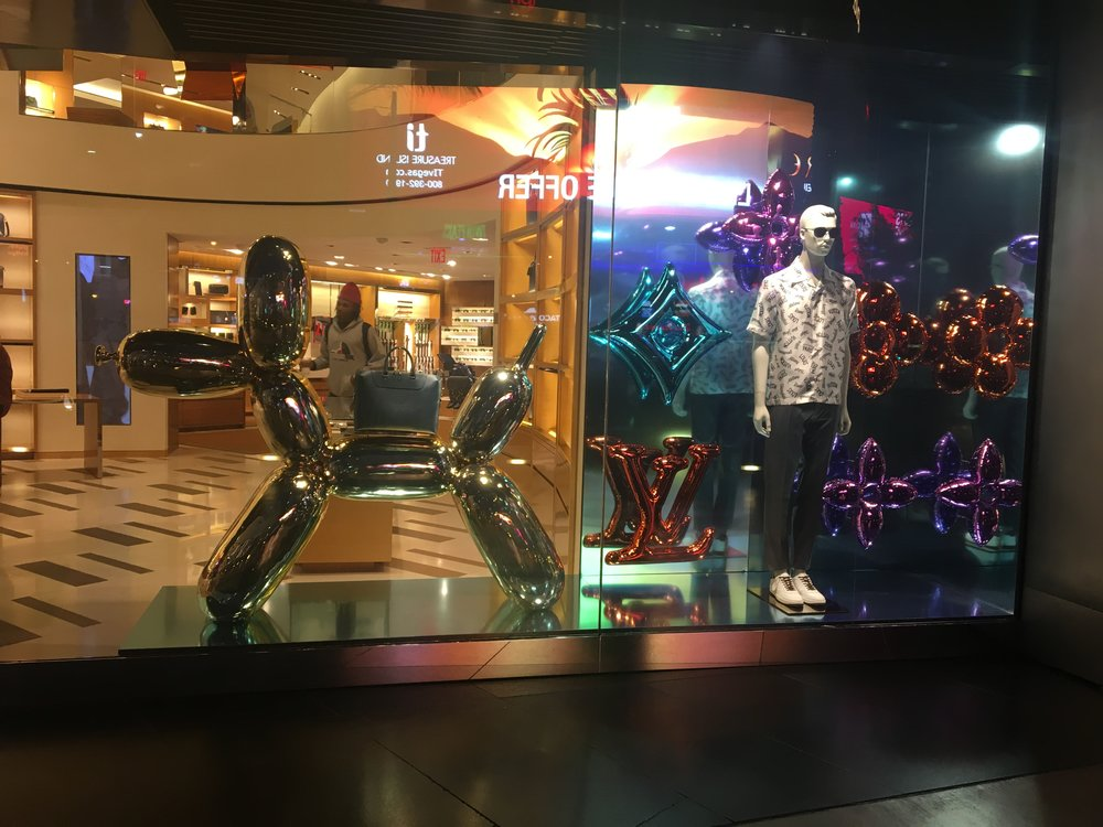 Jeff Koons x Louis Vuitton window display was perfection. This picture doesn't do it any justice.