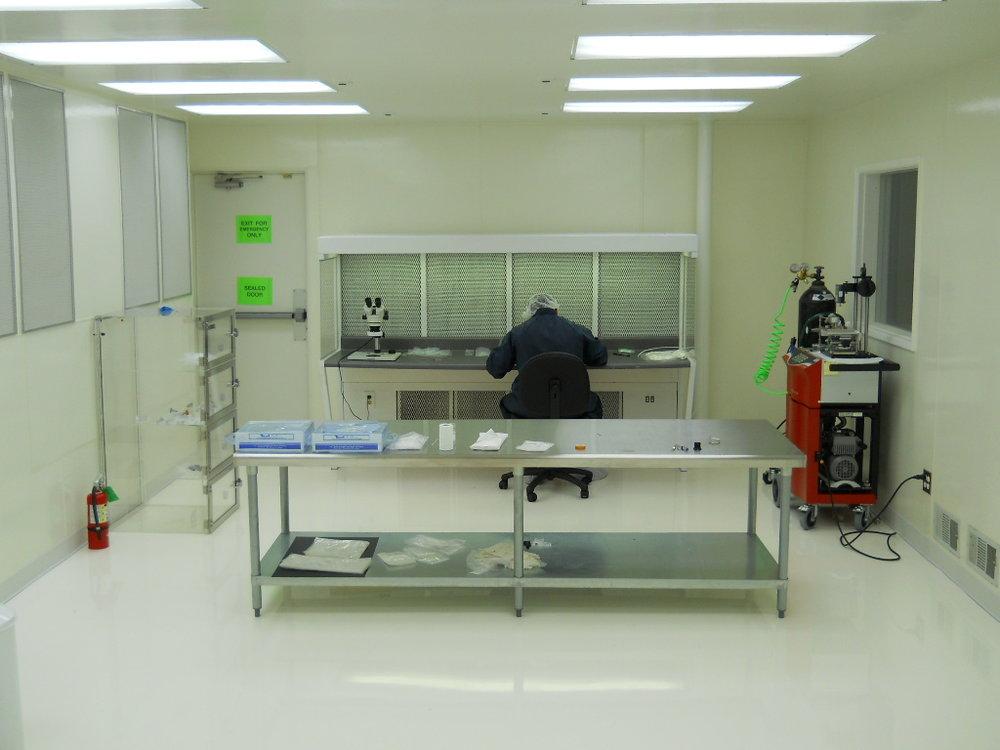 ISO Class 6 (Class 1000) Cleanroom -ISO Class 5 (Class 100) Laminar Flow Hood - Vacuum Leak Detector