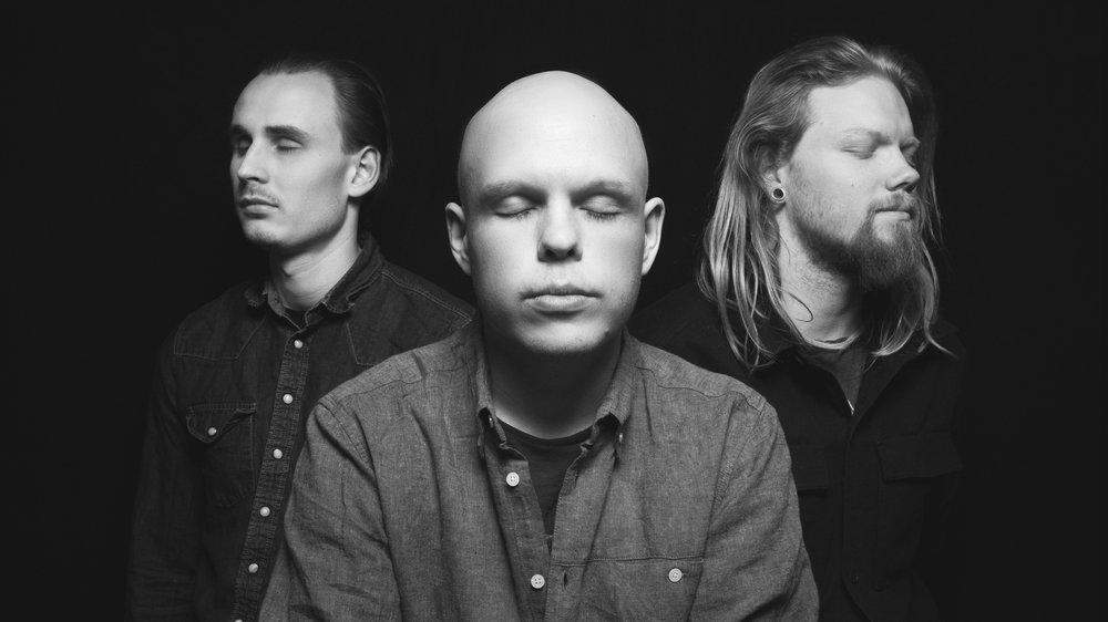 Fra venstre : Christopher Haugan (Trommer), Fredrik Simensen (Bass/Vokal) og Ola G. Støkket (Gitar/vokal)
