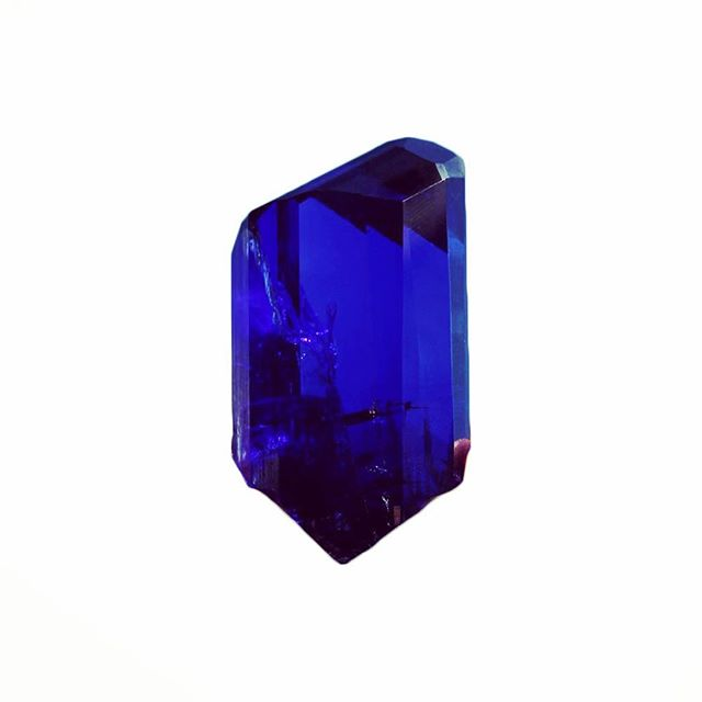 Happy September! This month's birthstone is the Sapphire, this royal stone was used by ancient civilizations and almost every religion as a lucky talisman. Blue Sapphire is a Wind element stone activating the higher mind and opening awareness. It is said to bring trust, faith, patience, and wisdom to the wearer🙌🏼 tag your September birthday friends