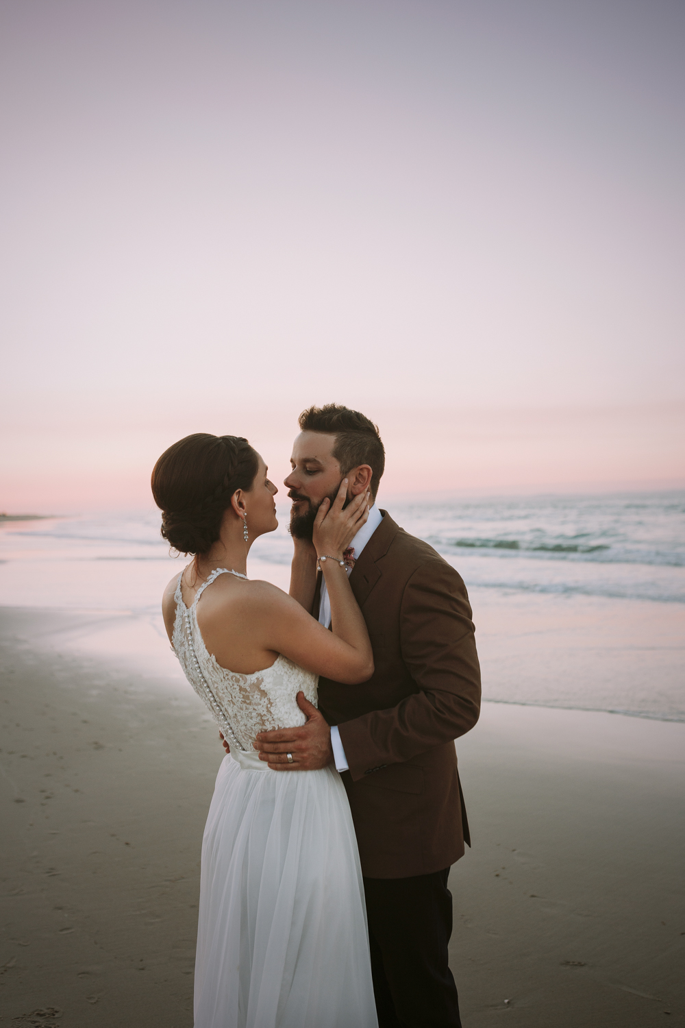 bride-groom-sunset-beach-wedding-siida-photography-stradbroke-island.jpg