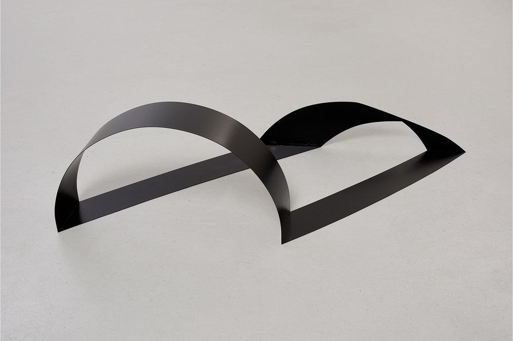 Johanna von Monkiewitsch untitled (Schlaufe lang 21.01.2017 / 10:40) 2017 Stahl, Lack 48,5 x 194 x 85 cm