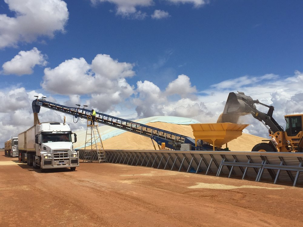 Outloading via BunkerStacker3000 fitted with surge hopper