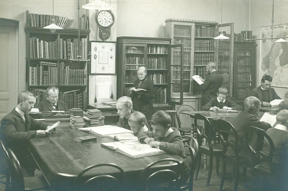 Ungdommens læseværelse i Kjøttbasarene, Bergen, 1906. (Utlånt av Bergen offentlige bibliotek)