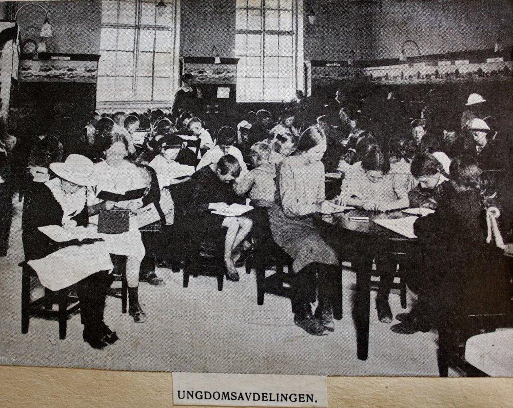 Kristiansand folkebibliotek. Ungdomsavdelingen. Ca. 1916.