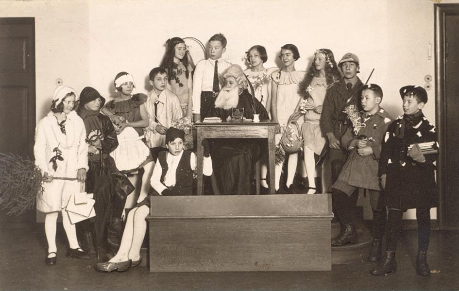 Skuespillerne ved julespillet, 1925 i barneavdelingen, Bergen offentlige bibliotek. (Kilde: Bergen off. bibliotek)