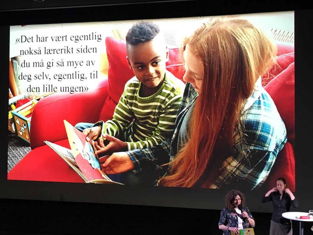 """Bilde fra Nordisk barnebokkonferanse på Sølvberget i Stavanger, fra PhD-stipendiat Monica Gundersen Mitchells presentasjon av forskningsprosjektet """"Når store leser for små""""."""