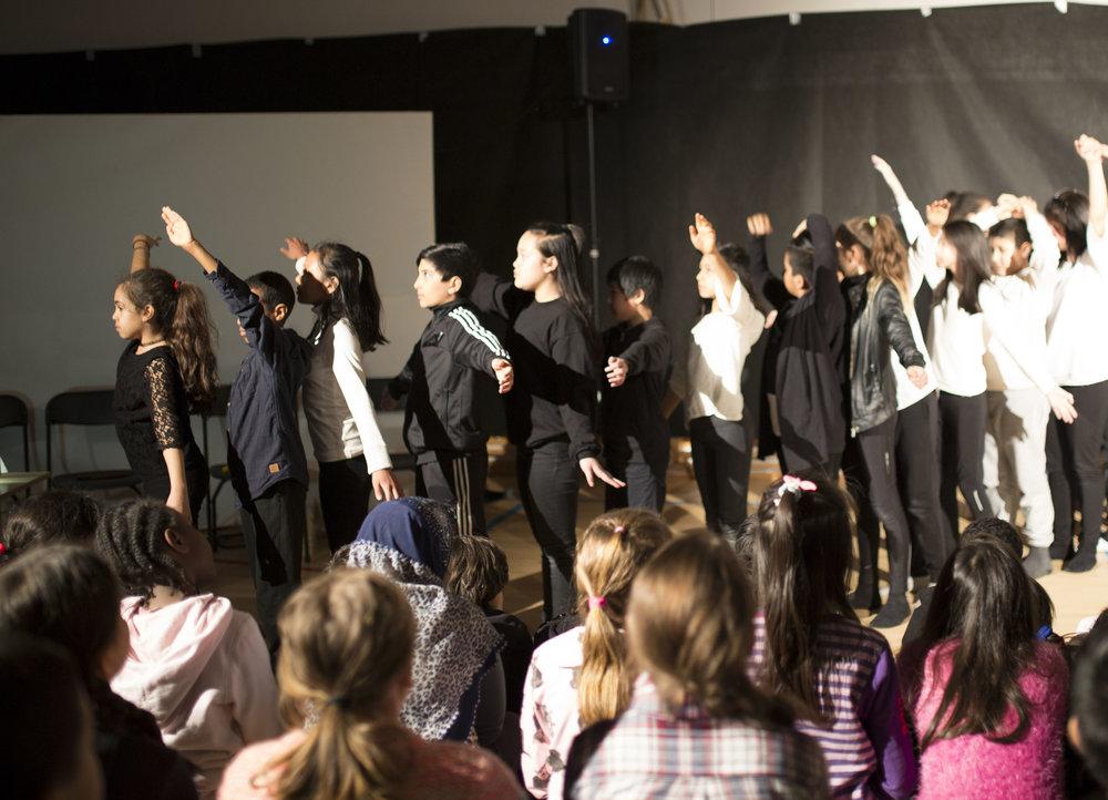 Kontraster og dans mot tabuer, fremført av 6. og 7. -klassinger ved Furuset skole.