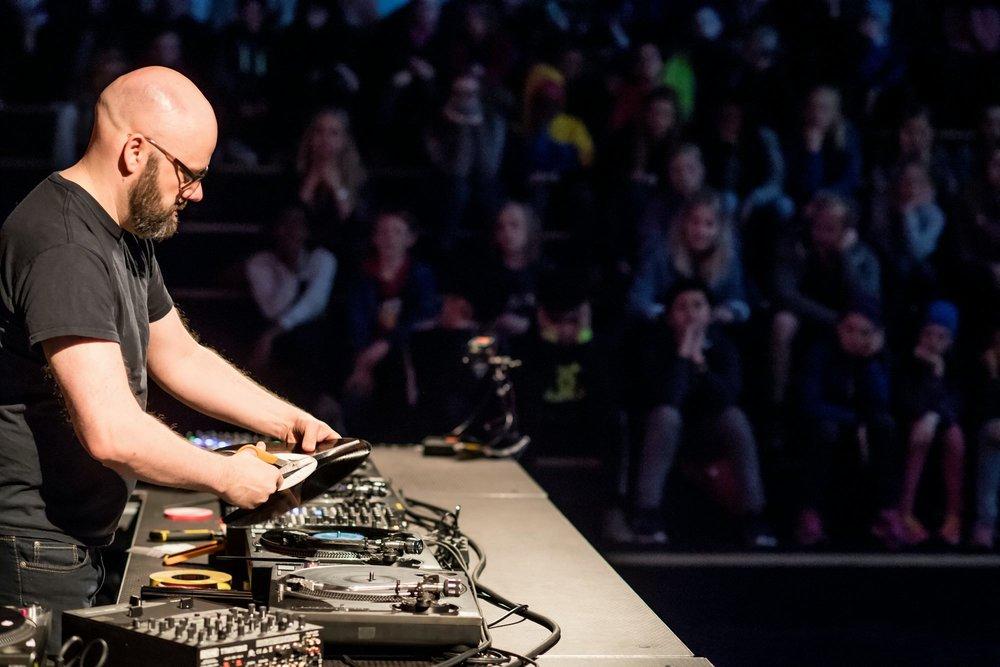 Støymusiker Lasse Marhaug utfører vinyldestruksjon