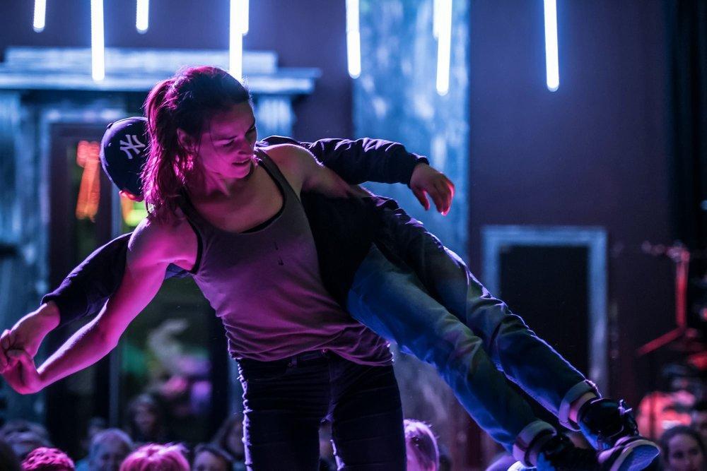 Danser Nina Biong løfter på publikum