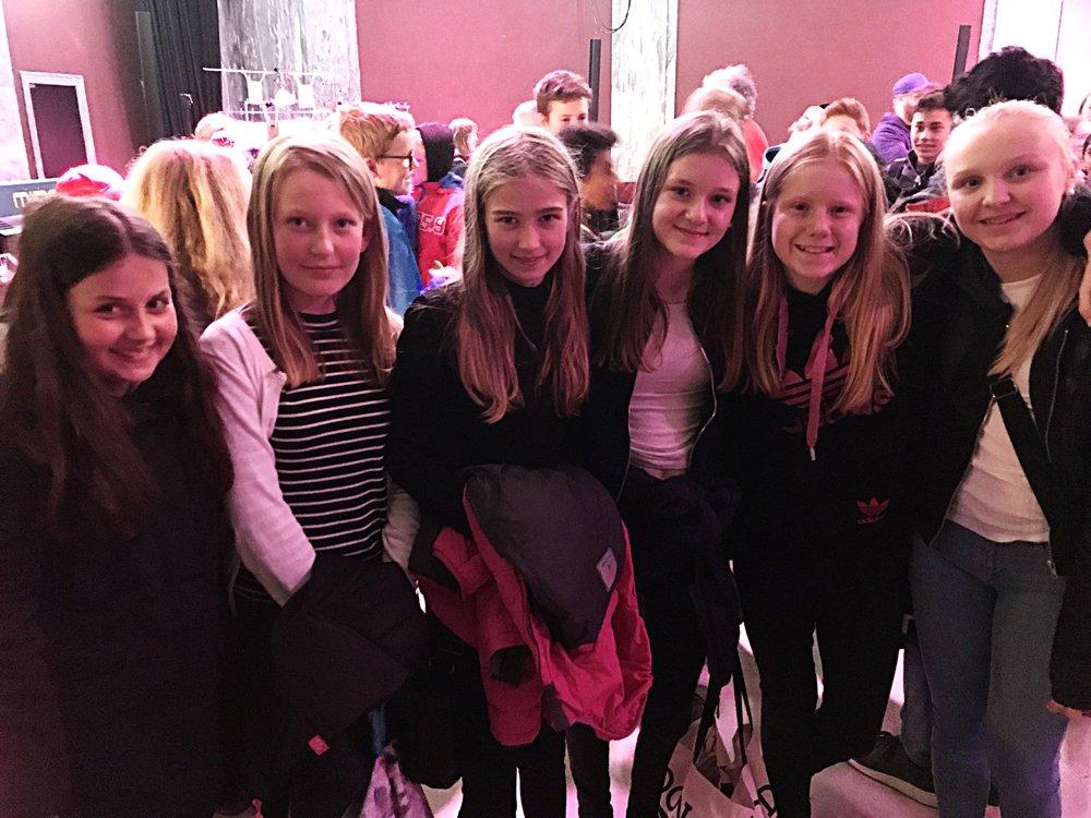 Jentene fra 7.trinn på fra Manglerud skole på Kollasjfestival, og berørt av konserten i marmorsalen