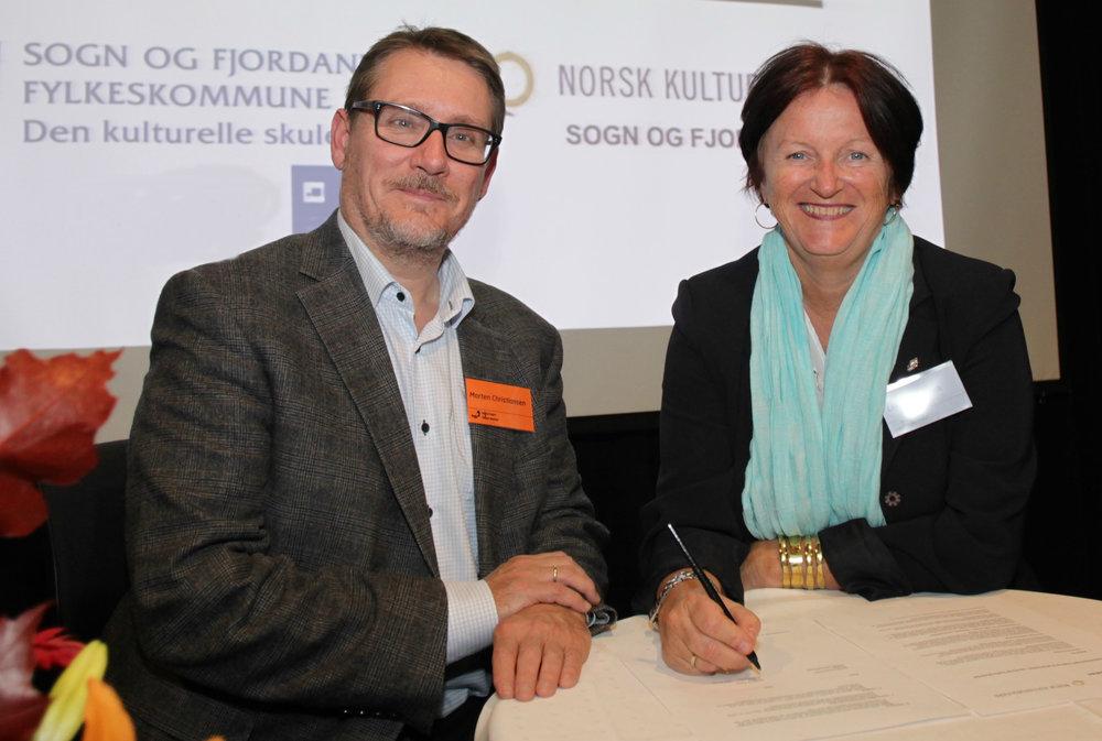 Direktør i Norsk kulturskoleråd, Morten Christiansen, og direktør i Kulturtanken, Lin Marie Holvik, signerer avtale mellom de to om bedre samspill mellom DKS og kulturskolen.