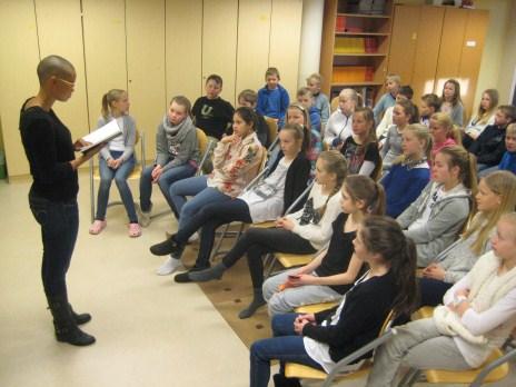 Forfatter og slampoet Guro Sibeko på skolebesøk i Den kulturelle skolesekken. Helgerud skole, Hønefoss.