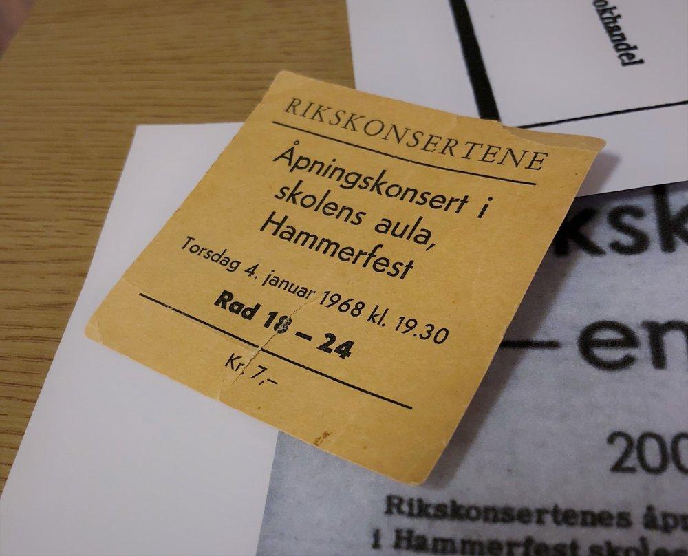 Hans Edvard Bentsen har tatt vare på den 50 år gamle billetten som han betalte 7 kroner for, tilsvarende 65 kroner i dag.