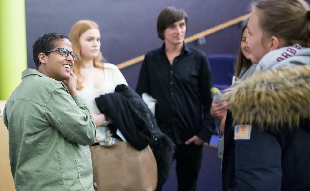 Aden og Stranger i samtal med engasjerte elever etter opplesningene. Foto: Cathrine Jakobsen