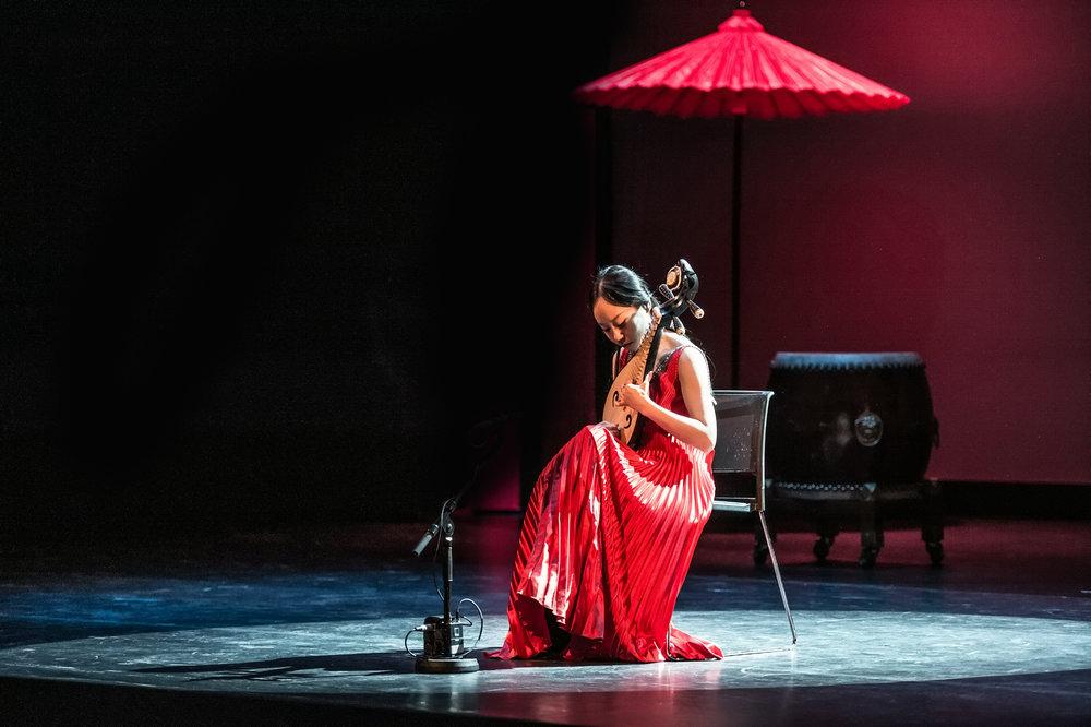 Langreist konsertbesøk. Forestillingen GISP (Kina), besøker Buen kulturhus under Rabalderfestivalen, en forestilling med musikk, dans og sjonglører. Foto: Lars Opstad/Kulturtanken (arkivfoto fra Den Norske Opera og Ballett).