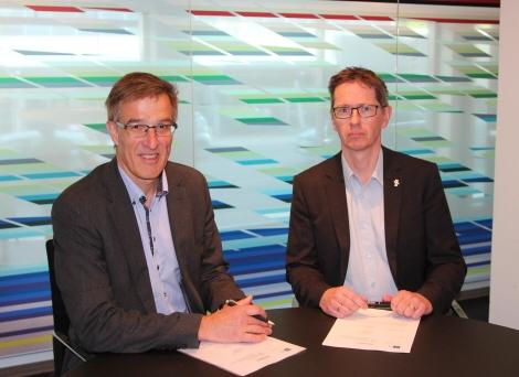 Spesialrådgiver Karsten Kragh Langfeldt i KS og Hans Ole Rian i MFO signerte rammeavtalen på vegne av partene. KS anbefaler medlemmene å vedta avtalen med MFO og legge den til grunn når de skal inngå de individuelle oppdragsavtalene i DKS. Foto: KS