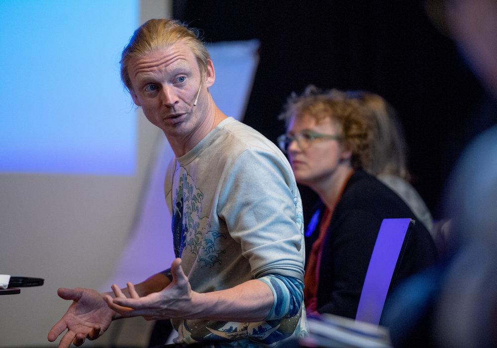 Kyrre Bjørkås ledet samtalen om visuell kunst i DKS