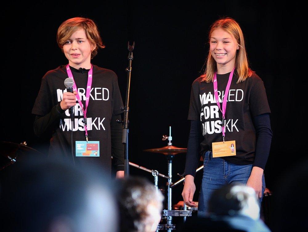 Elevverter introduserer konserttene under Marked for Musikk