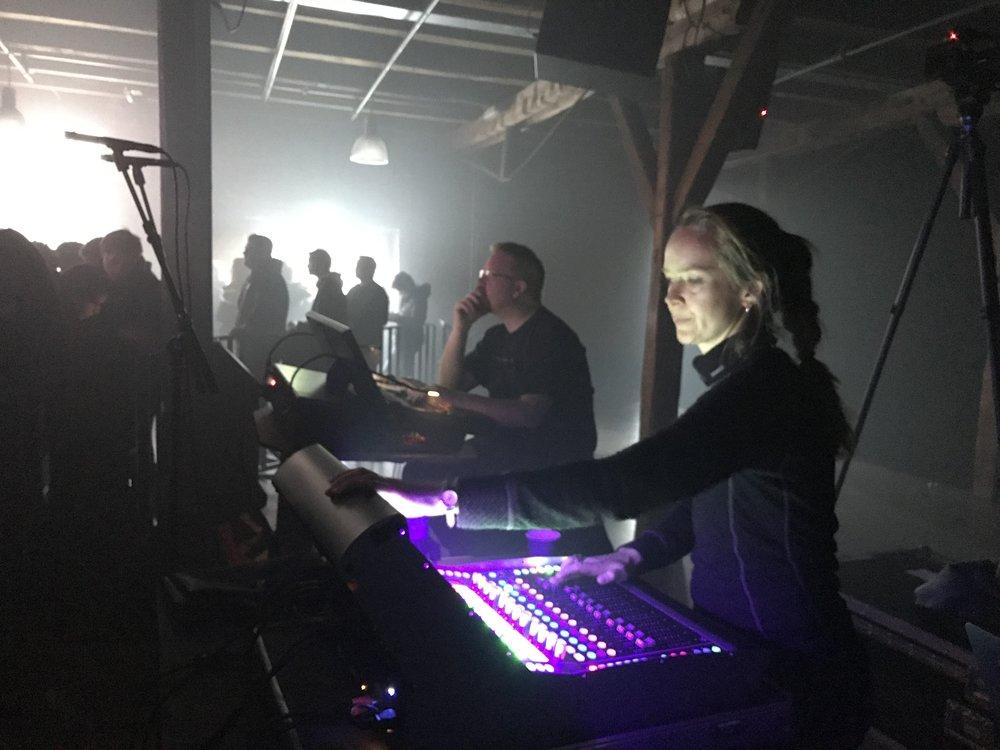 Lydtekniker Kristina sørger for god lyd, og bryter med noen kjønnsstereotypier i musikklivet