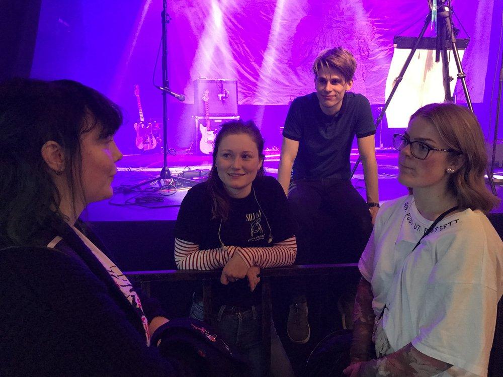 Vokalist Haley i samtale med jenter som også spiller i band